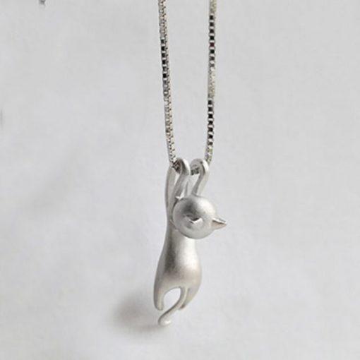 Hangend katje aan een zilveren halsketting