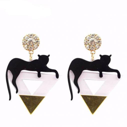 Zwarte kat op driehoek oorbellen